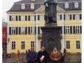 2002, Bonn (Germania), il Trio sotto la statua di Beethoven